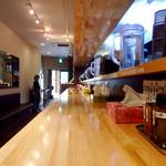 濃厚担々麺 はなび  - 店内風景②。L字型のカウンターのみのレイアウト。壁際には店内待ち席がずらり。