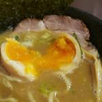 らー麺 鉄山靠 - 味玉の割面