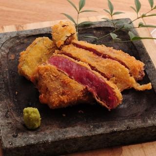 有田や織部の食器が、料理の魅力をより一層引き立たせます