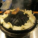 ジンギスカン 北えびす - 野菜をのせてくれます。