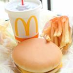 マクドナルド - お目当てはハッピーセット!!2人ともチーズバーガーセット490円で、サイドはマックフライポテトS、ドリンクはそれぞれコカ・コーラ、とオレンジジュースに。