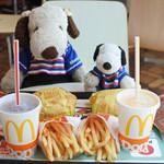 マクドナルド - ほんとは朝マックのハッピーセットを狙ってたけど11時を少し過ぎていて朝マックは終了してたの~でも、チーズバーガーも好きなので、これはこれでOK!美味しくいただいたよ。