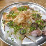 大衆イタリアンかね子 - 「本日のカルパッチョ4種盛り」680円は、ホタルイカ、タコ、サーモン、スズキが乗った豪華仕様な一品。