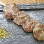 大衆イタリアンかね子 - 続いては串焼きメニューを色々と注文(全て90円)。注文したのはカシラ