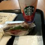 スターバックス・コーヒー - ローストビーフサンドイッチとストロベリークリームフラペチーノ(ストロベリーソースとチョコソース追加)