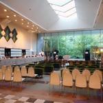 エピナール那須 - ロビーでは夜にハーティー・パーティーが開催されます