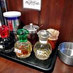 ユタの店 - 卓上に常備された調味料類