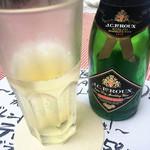 アッチャカーナ - スパークリングワイン白 小ビン ¥950  スッキリ辛口で、カレー屋で頼んだとは思えないほど美味しい( ̄▽ ̄)