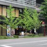 肉が旨いカフェ NICK STOCK - お店は筑紫通り沿いにあるビル、テラソの一階にあります。