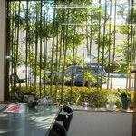満留賀 - 竹を眺めながら、ごゆっくりお食事できます。