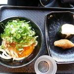 讃岐うどん 雷鞭 - 細君のネバネバ卵うどん420円、おむすび100円とおいなりさん100円