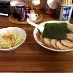味の太洋 - 料理写真:ラーメンにサラダが(・vv・) ハニャ???