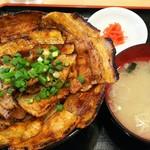 豚丼 黄金豚 - 豚丼中盛(豚200g・米400g) 780円、お味噌汁が付きます