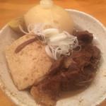 やきとん たくちゃん - もつ煮込み¥400(税別)と、煮玉子¥150(税別)。 高い!