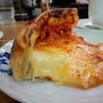 森のピザ工房 ルヴォワール - カットしたところ。チーズが流れてきます。
