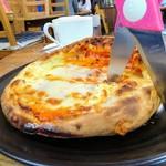 森のピザ工房 ルヴォワール - お釜ピザは、はさみでカット。