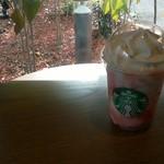 スターバックスコーヒー - 丸テーブルに置いた「ストロベリー クリーム フラペチーノ」