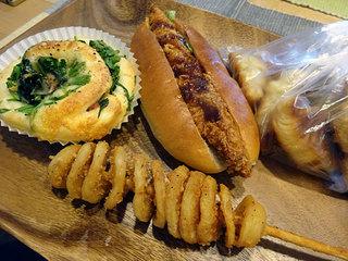 みんなの大ぱん - ほうれん草ベーコンの包み焼きロール170円 チーズチキンカツ260円 ミニクロ100g150円 ハリケーンポテト150円