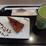 68468365 - グリーンスムージーM + チョコレートタルト(ケーキセット) 660円