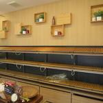 鎌倉ベーカリー - 夕方には棚の商品はほとんど空になってました。