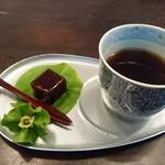 虎屋菓寮 - とらや  一口羊羹を一口    柿の花  初めて見ました 愛らしい   染め付けのお茶碗と 不思議な形のトレイがにあうのも  Sちゃんの センスね ✨✨これ 葉っぱ置きたいよね って   遊びました