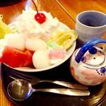 68474876 - 「白玉の和パフェ」(650円税別)。黒蜜が小さな急須(?)に入れられて来る。