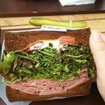 キング ジョージ - PLTサンドの断面図。パストラミが美味しいですが、何か足せば良かったです。パンはダークライがオススメ‼