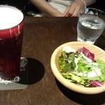 文明堂カフェ - ランチアルコールセットビール(490円)&サラダ