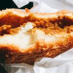 松本屋製パン所 - カレーパン断面