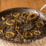 メルカド デル プエルト - 決め手は厳選した魚介で取るこだわりの出汁。濃厚なスープで炊いた『イカスミのパエージャ』