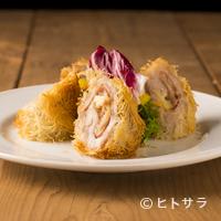 メルカド デル プエルト - 生ハム、チーズ、豚肉。黄金の組み合わせを軽い食感に揚げた『カダイフで巻いたフラメンキン』