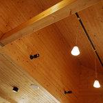 洋風食卓れべる - 天井も天然木のぬくもり
