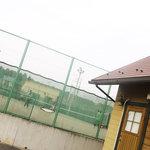 洋風食卓れべる - 建物ウラがテニスコート