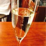 68491949 - グラススパークリングワイン¥400(happy hour)