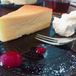 リュモンコーヒースタンド - チーズケーキ 甘さが強いからラテじゃなくコーヒーと合わせるのが良いかも