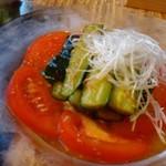 龍園 - ◆たたききゅうり(サラダ)・胡瓜とトマトのサラダ仕立て。普通です。 ここまでは既に調理済だったらしく、肉と共に提供されましたが、この後ゆっくり提供されるそうな。