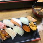 立喰い寿司 七幸 - 赤出汁も付いてます