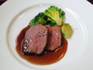 エサンス - お肉料理。私は鹿肉のお料理をチョイスしました。