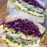 エニウェイ サンドイッチショップ - 卵とアスパラのライ麦パンサンド