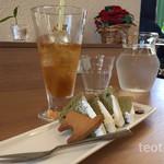 カフェ ストロベリーフィールド - 紅茶をアイスティにしました♪アップルティで(゚Д゚)ウマー!(゚Д゚)ウマー!  デザートは抹茶のシフォンとクリーム凍らせたの♪