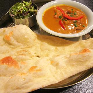 女性に人気!もちもちチーズナンなど、本格的なインド料理を堪能