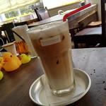 カフェ パンプルムゥス - アイスカフェカプチーノ(豆乳)702円