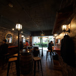 ローストビーフ食べ放題 肉バル Lupin - 店内はやや暗めで大人な雰囲気。