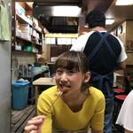 串カツ専門店 鈴屋 長田店 - まり大海老かぶり付いてカメラ目線!笑