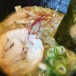 一松家 - 魚介とんこつラーメン 油多め 麺硬め 味も薄めと濃いめが選択できましたがノーマルに