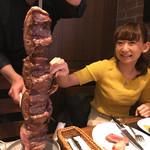 バルバッコア 梅田店 - まりが嬉しそーにイチボのに手を出す!笑