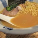 粋な一生 - 特製醤油のスープ色