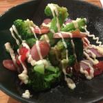 海鮮屋台 おくまん - 温製ブロッコリーのサラダ 380円