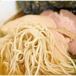寛~くつろぎ~ - 極細麺はスープをたっぷり絡め取ります。