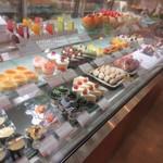 ケーキハウス・アン - 店内にはお店の特徴である季節の果物を丸ごと一個使ったケーキを初め色鮮やかなケーキや焼き菓子が沢山並んでました。
